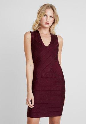 ZASHA  - Pouzdrové šaty - berry blush