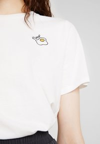 French Connection - L'EOUF EMBROIDERY TEE - Print T-shirt - winter white - 5