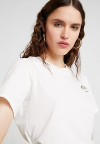 French Connection - L'EOUF EMBROIDERY TEE - Print T-shirt - winter white - 3