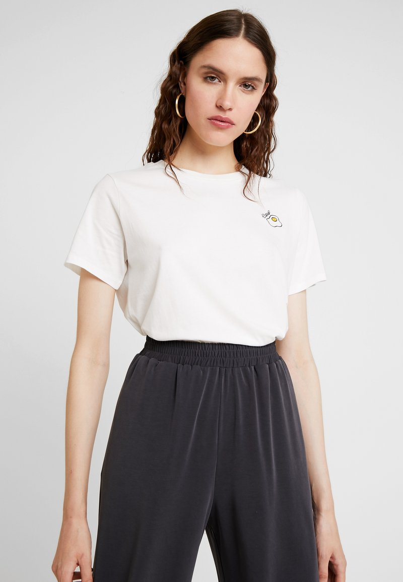 French Connection - L'EOUF EMBROIDERY TEE - Camiseta estampada - winter white