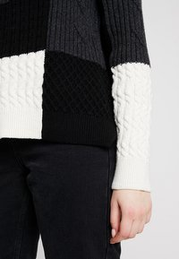 French Connection - AMIE PATCH - Strikpullover /Striktrøjer - black/winter white/mid grey melange - 5