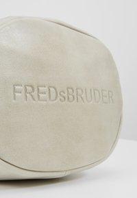 FREDsBRUDER - GÜRTELINCHEN - Umhängetasche - chalk - 6