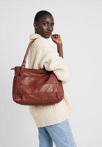 FREDsBRUDER - CENTURY - Shopping Bag - whisky - 1