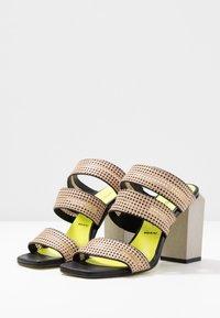 Fratelli Russo - FATIMA  - Pantofle na podpatku - beige/nero - 4