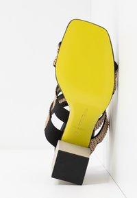 Fratelli Russo - FATIMA  - Pantofle na podpatku - beige/nero - 6
