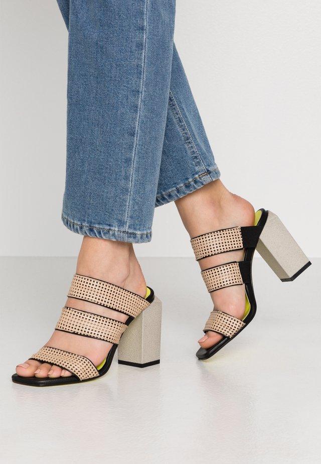 FATIMA  - Pantofle na podpatku - beige/nero