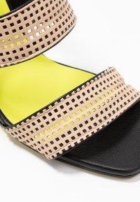 Fratelli Russo - FATIMA  - Pantofle na podpatku - beige/nero - 2