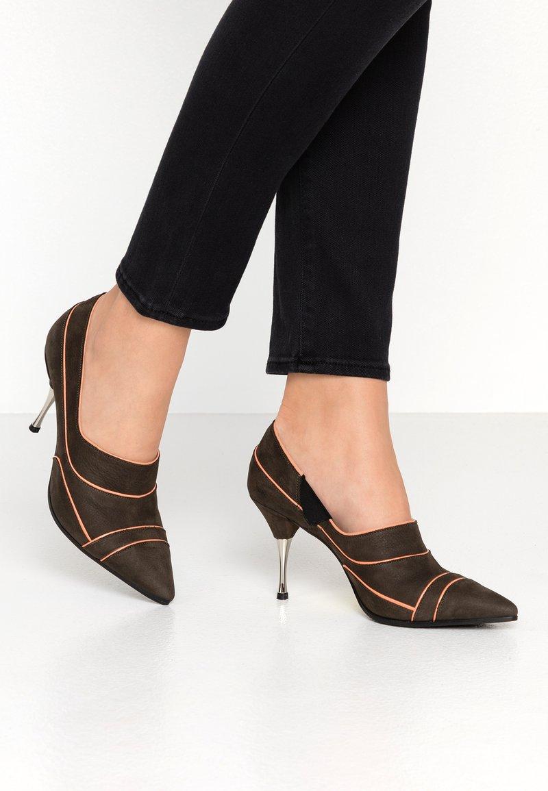 Fratelli Russo - JASMINE  - Classic heels - militare