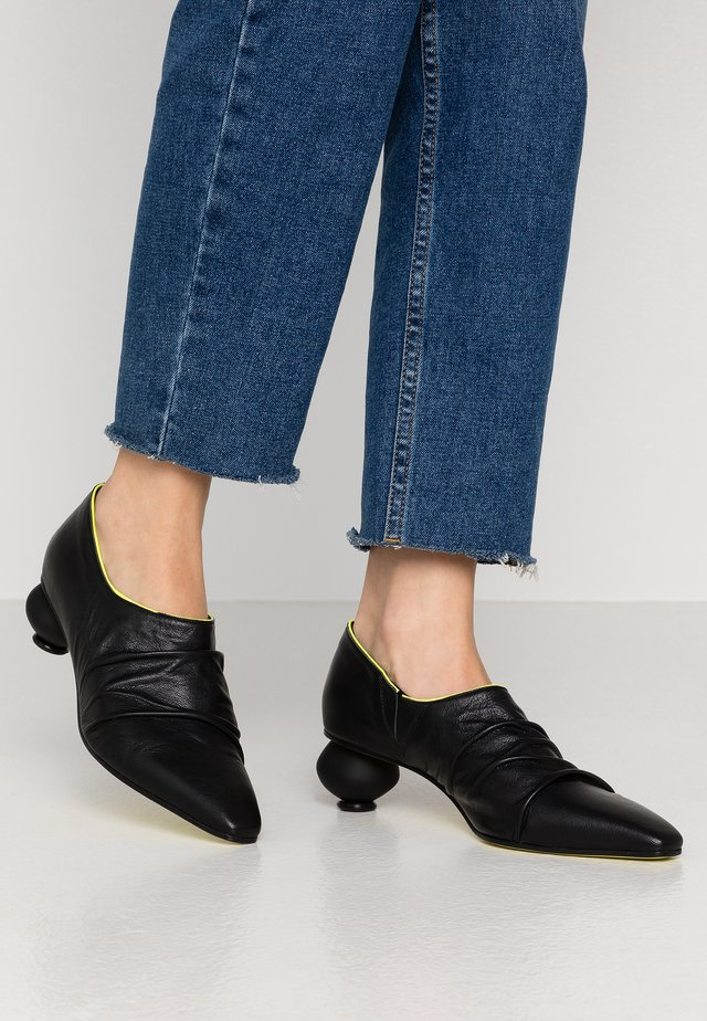 FLAVIA - Klassiske pumps - nero/fluor