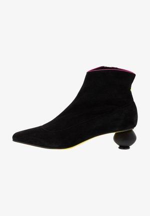 FLAVIA - Korte laarzen - nero/fuxia
