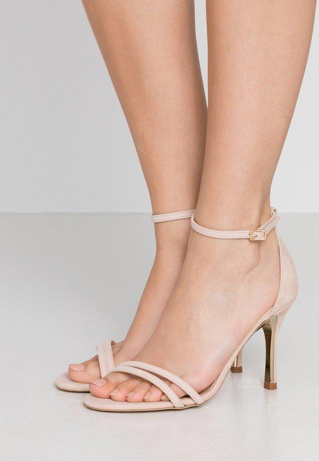 Sandały na obcasie - dalia