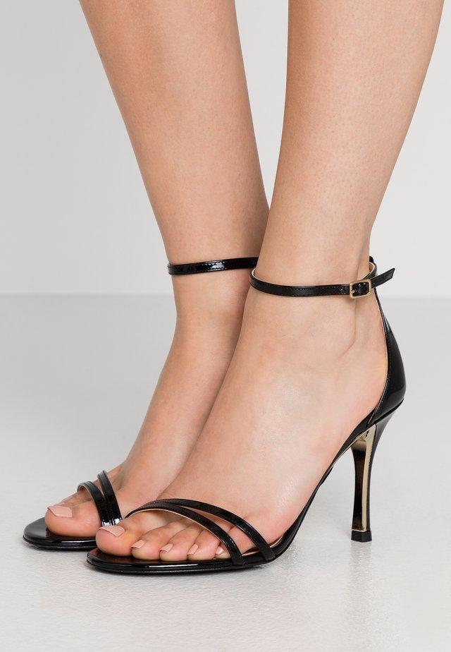 Sandały na obcasie - onyx