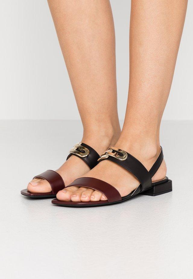 CHAIN - Sandaalit nilkkaremmillä - burgundy/nero