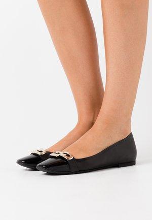 CHAIN - Klassischer  Ballerina - nero