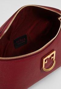 Furla - ISOLA BELT BAG - Bæltetasker - ciliegia - 4