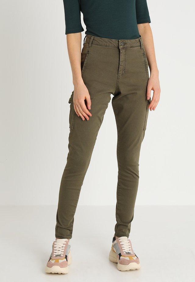 JOLIE - Spodnie materiałowe - army angle