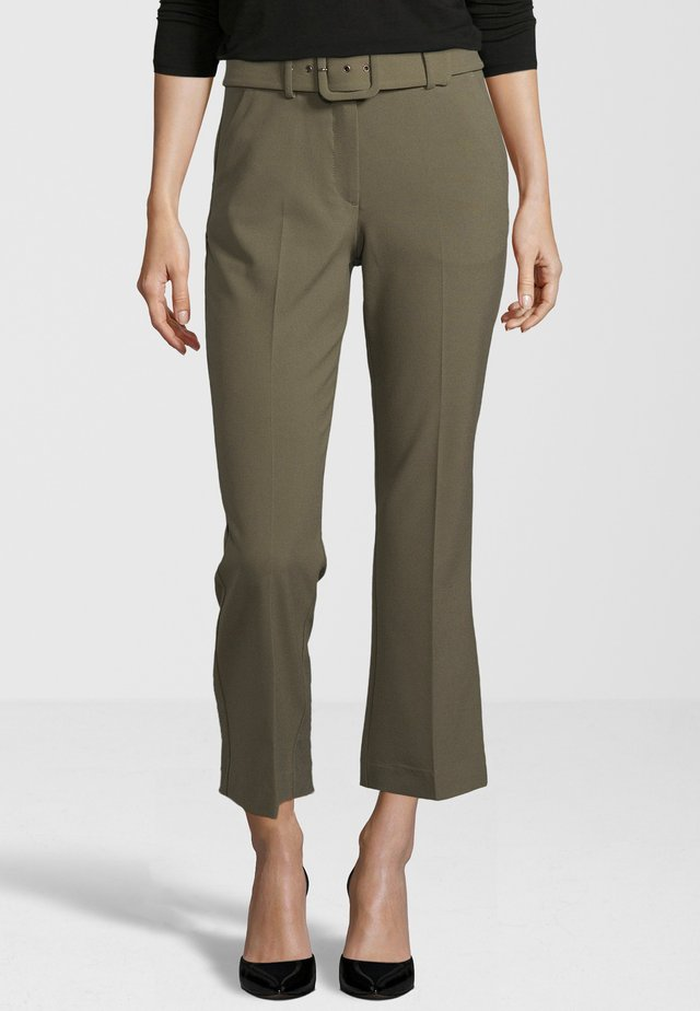 HOSE CLARA CROP BELTED 285 - Trousers - green