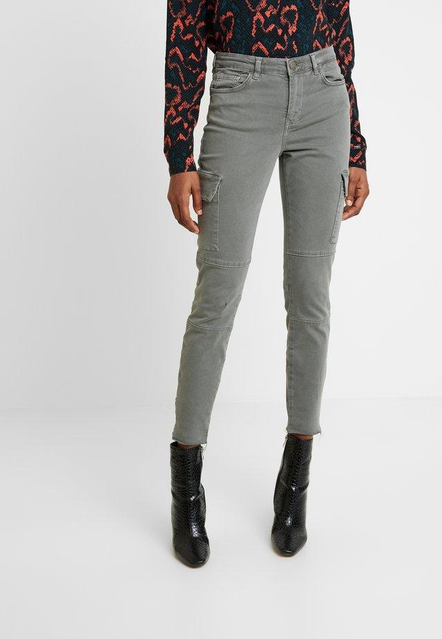 KATE CARGO - Jeans Skinny Fit - gunmetal prim