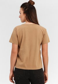 Funky Buddha - T-shirt z nadrukiem - beige - 2