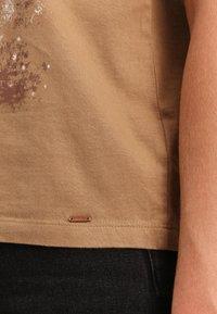 Funky Buddha - T-shirt z nadrukiem - beige - 4