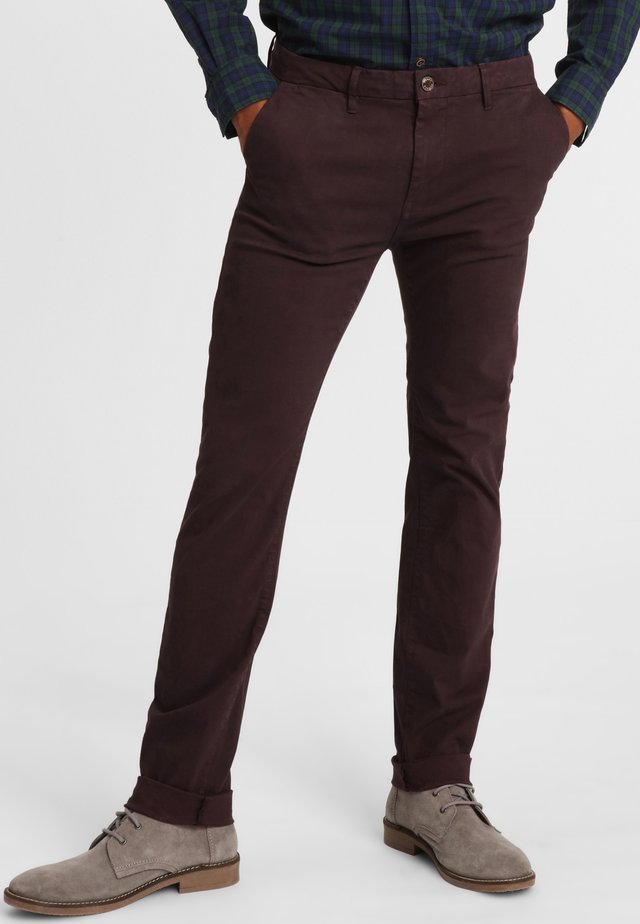 ESSENTIAL - Chino - bordeaux