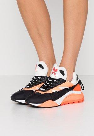Sneakers - black/white/fluo orange
