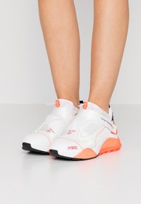 F_WD - Zapatillas - white/black/fluo orange - 0
