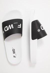 F_WD - Mules - black/white - 1