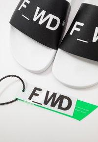 F_WD - Mules - black/white - 5