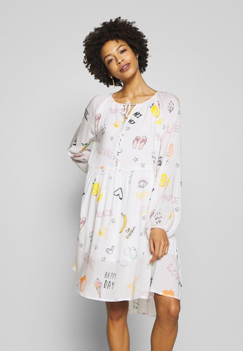 Grace - DRESS ALLOVER FRUITS - Korte jurk - creme
