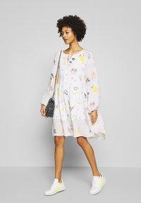 Grace - DRESS ALLOVER FRUITS - Korte jurk - creme - 1