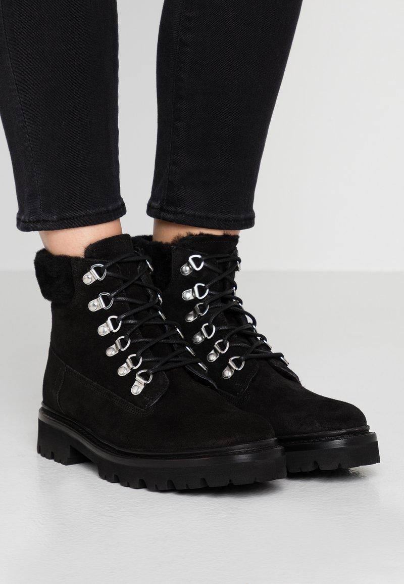 Grenson - BROOKE - Šněrovací kotníkové boty - black