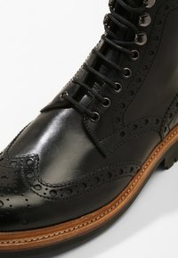 Grenson - FRED COMMANDO - Šněrovací kotníkové boty - black - 5