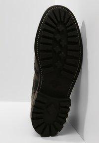 Grenson - FRED COMMANDO - Šněrovací kotníkové boty - black - 4