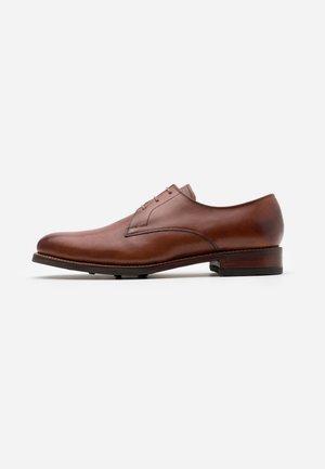 GARNDER - Šněrovací boty - tan