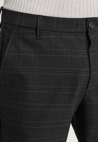 Gabba - PISA CHINO NIGHT BALANCE  - Kalhoty - blue check - 3