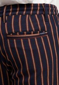 Gabba - CLUB CHUNKY RUST PANT - Bukse - dark blue/ orange - 5