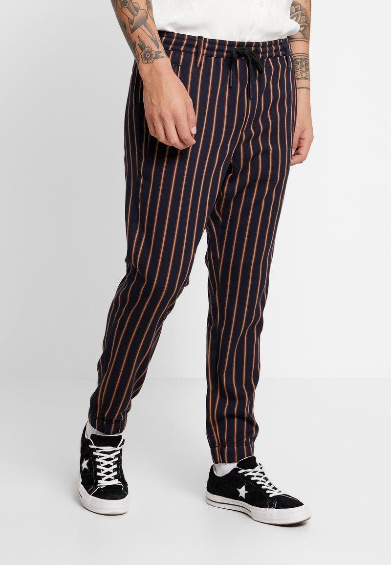 Gabba - CLUB CHUNKY RUST PANT - Bukse - dark blue/ orange