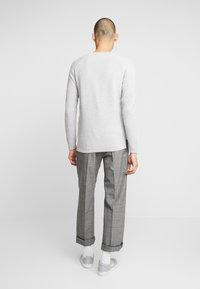Gabba - LAMP O-NECK - Stickad tröja - light grey melange - 2