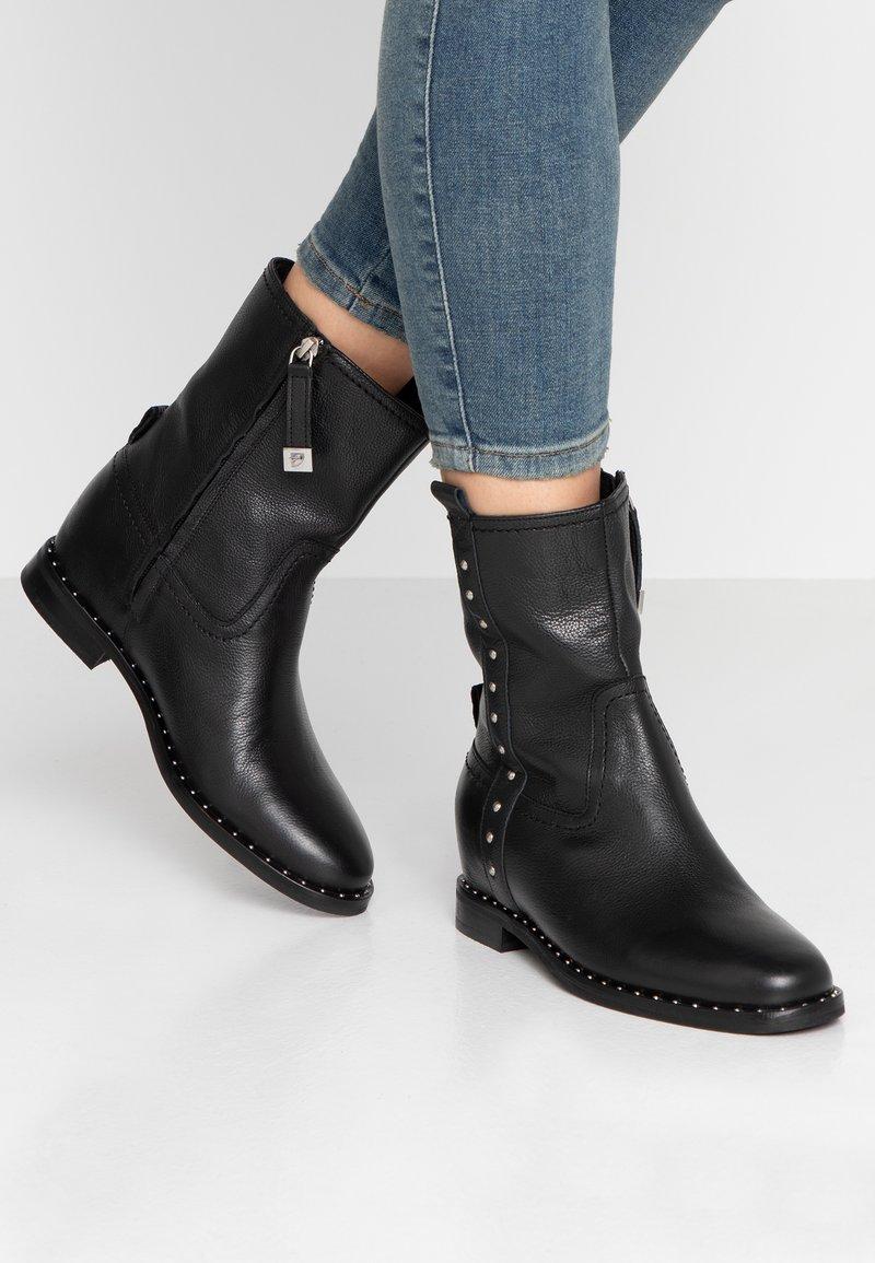 Gioseppo - Kotníkové boty na klínu - black