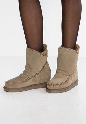 Kotníkové boty na klínu - taupe