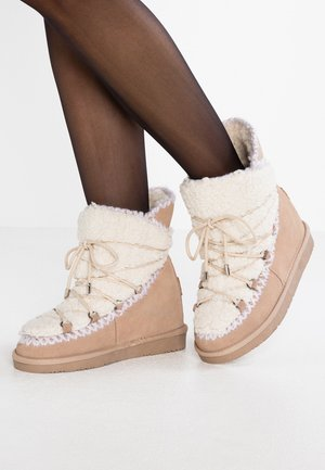 Kotníkové boty na klínu - camel