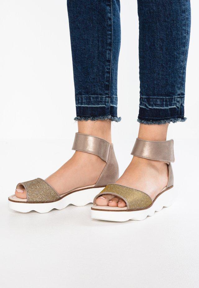 Sandalen met plateauzool - mutaro/platino
