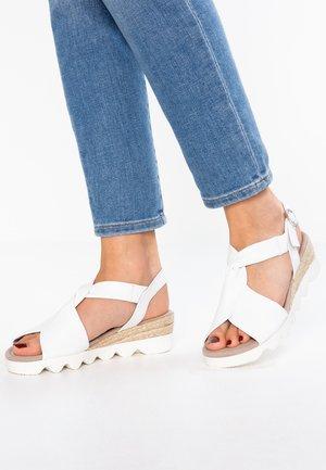 WIDE FIT - Sandalen met plateauzool - weiss