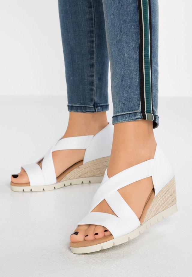 WIDE FIT  - Sandalen met sleehak - weiss