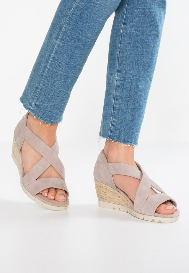 WIDE FIT  - Sandalen met sleehak - stone