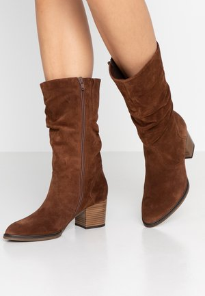 WIDE FIT - Stiefel - whiskey