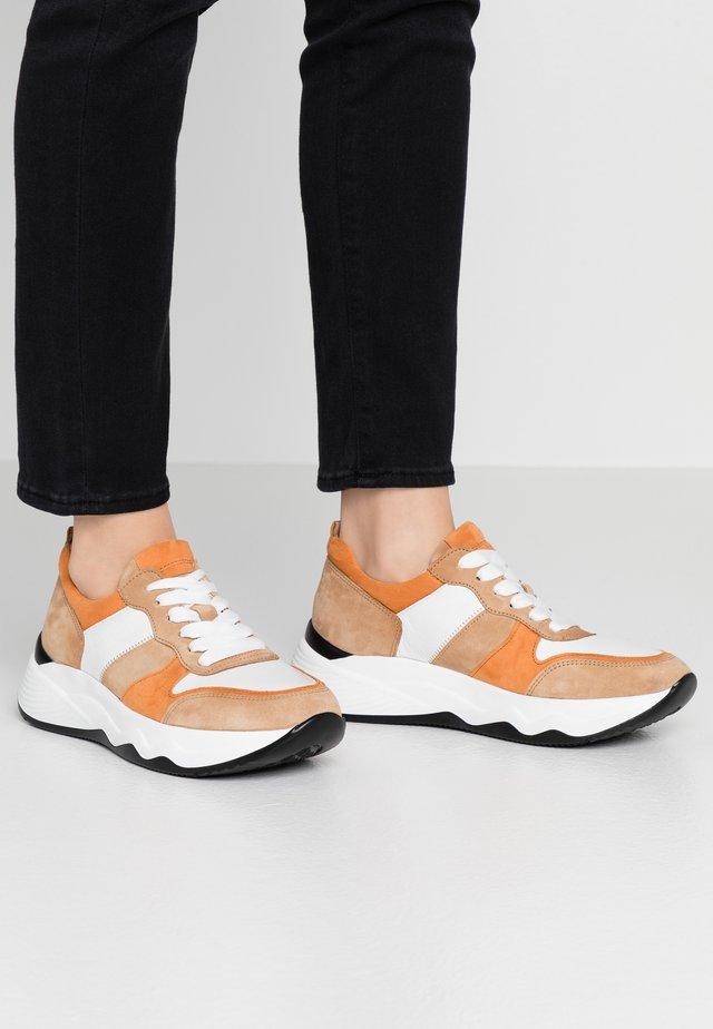 Sneakers - caramel/pfirsich