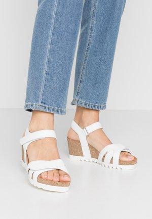 Korkeakorkoiset sandaalit - weiß