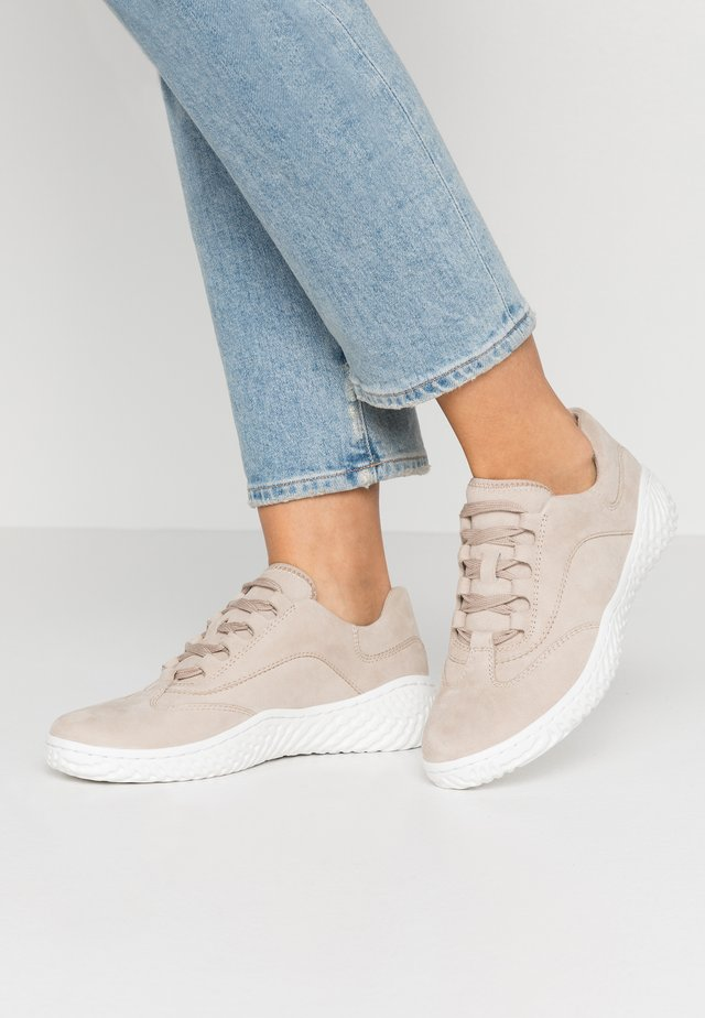 Sneakers laag - platino
